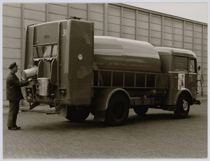 Vuilniswagen Stadsreiniging, datering: Voor 1960<br />Gemeentearchief. Maker onbekend