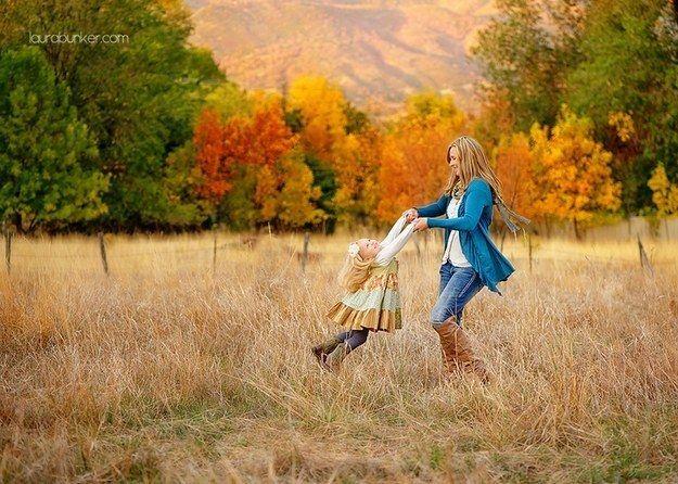 Giren una alrededor de la otra. | 31 ideas increíblemente dulces para fotos madre-hija