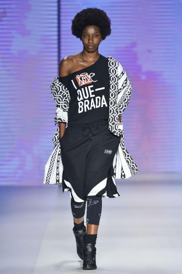 Os looks, streetwear que mistura o Japão e a África com um sabor bem brasileiro, já estão disponíveis pra compra online.
