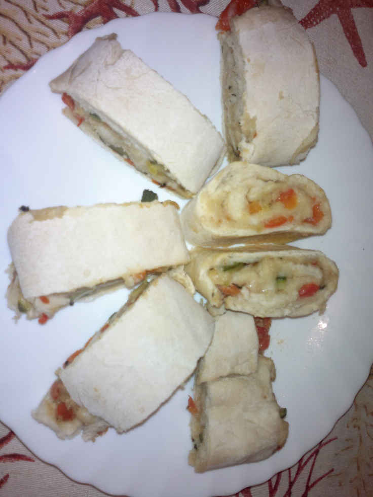 Swivels of bread with pepper, zucchini and mozzarella