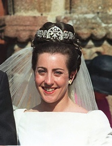 """Marie-Liesse de Rohan-Chabot marries Prince Eudes, Duke of Angoulême. """"In the center of the tiara, belonging to her family, one can distinguish an ermine, the heraldic symbol of Britain."""" (Alt pics on source: Noblesse & Royautes)"""