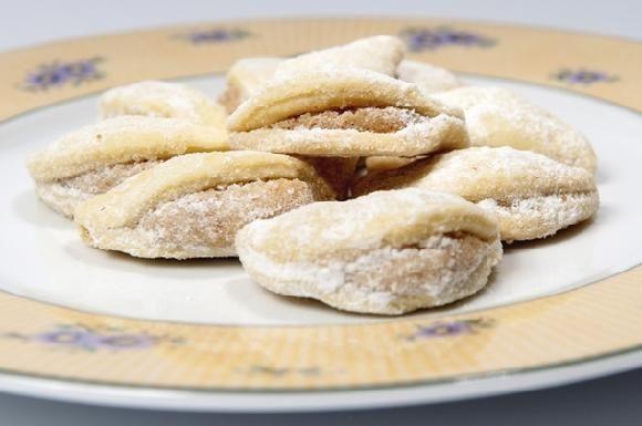 Křehké mušličky plněné drcenými ořechy 280 g hladké mouky, 250 g másla, 1 vejce Náplň: 100 g mletých vlašských ořechů, 100 g moučkového cu...
