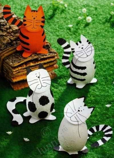Cat's gang Making crafts from eggs