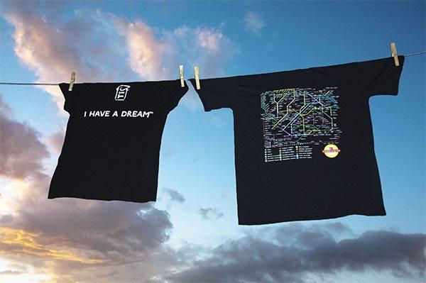 T-shirt della metro dei nostri sogni appese contro il cielo di Roma.