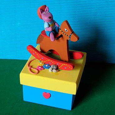 Austin Backyardigans no cavalo na caixa de madeira MDF. Lembrancinhas de aniversário em biscuit