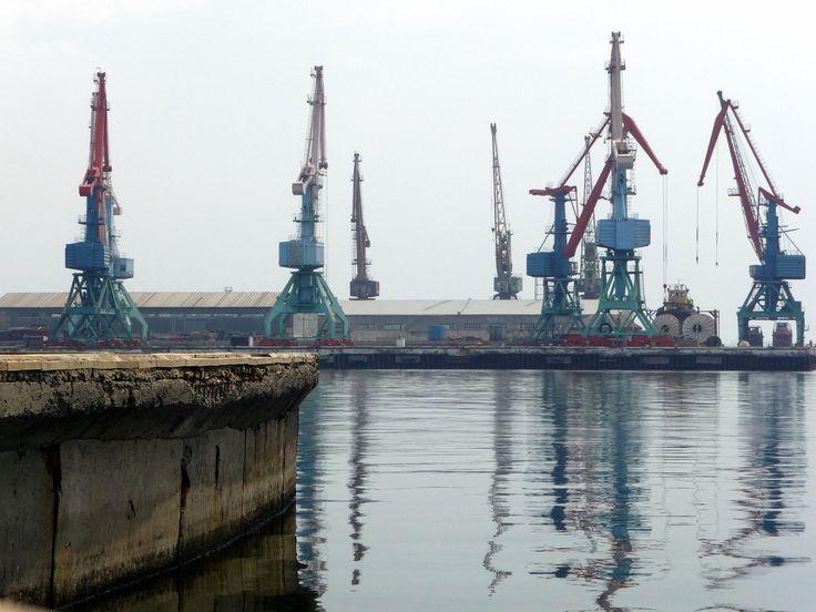 """Mesto na mori  Neft Daşları alebo v preklade """"Ropné skaly"""" je priemyselné mesto v Azerbajdžane. Nachádza sa na kovových plošinách na otvorenom mori nad ropným poľom. Mesto nemá žiadne stále obyvateľstvo. Približne 2 000 ľudí tu pracuje niekoľko mesiacov v roku."""