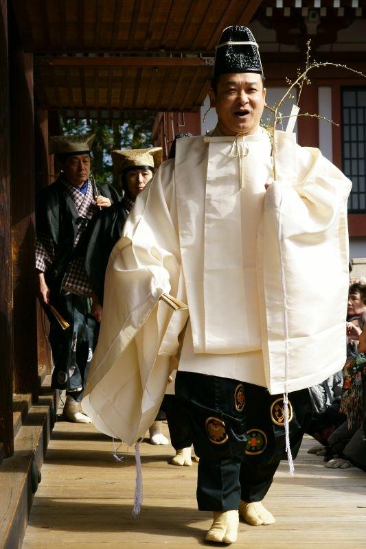 Men dressed in kariginu. 北野天満宮の節分祭と思われます。茂山社中。写真は松本さん。