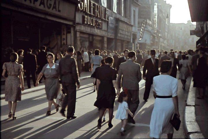 Bucuresti 1942. Aglomeratie pe strada Lipscani, in timp de razboi.