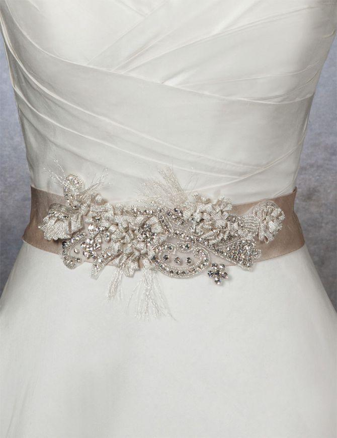 Пояса для платьев — роскошный аксессуар, способный преобразить любое платье. Завершающий штрих для вечернего образа, а также отличный компаньон любимым летним сарафанам. Безусловно, подходящий по цвету и дизайну пояс украсит свадебное платье. Расшитые бисером, камнями, кристаллами и стразами, яркие цветные и спокойные белые ... Предлагаю посмотреть на многообразие моделей вышитых поясов, полюбоваться и вдохновиться.