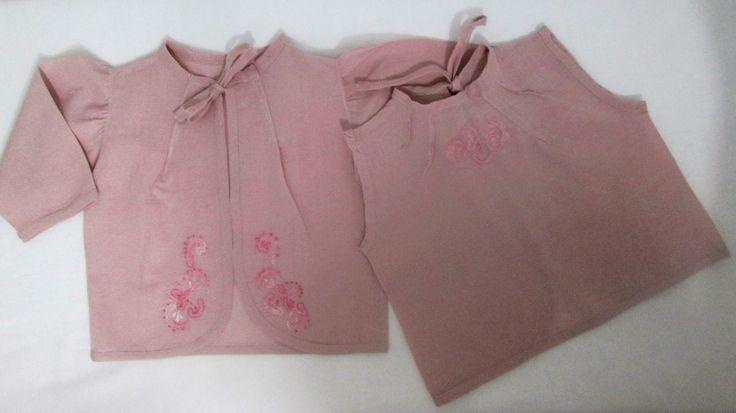Conjunto 2 peças pagão em cambraia de algodão rosé, com bordados em linha degradé rosa, camisa de mangas e blusa com pregas diagonais, frente da camisa arredondada e costas da blusa também, acabamento em viés do mesmo tecido nas duas peças inclusive no decote, continuando para amarrar e fazer laço. Tamanho 3 meses. Essas e outras peças você encontra na minha loja virtual Mimos da Zelia, no Elo7 (sob encomenda). z