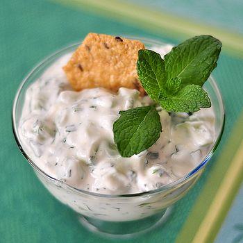 Соус дзадзики. Густой йогурт без наполнителей — 500 г2. Огурец (крупный) — 1 шт.3. Чеснок — 2 зубчика4. Оливковое масло — 2 ст.л.5. Виноградный уксус — 0,5 ч.л.6. Укроп — 1 небольшой пучок7. Молотый чёрный перец — по вкусу8. Соль — по вкусу