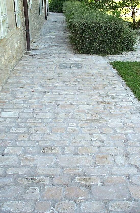 Allée en pavés de pierre naturelle de Bourgogne, format Citeaux