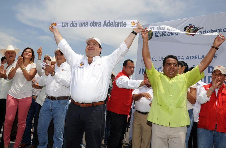 El Gobernador Duarte de Ochoa, acompañado de autoridades municipales, cortó el listón inaugural del puente Prosperidad