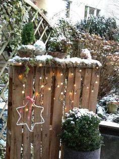 Winter-Wonderland in unserem Garten. Alte Paletten gibt es ja in Hülle und Fülle und eine davon hat den Weg in unseren Garten gefunden. Ich habe Sie dekoriert mit Moos, Tannenbäumchen und Scheinbee…