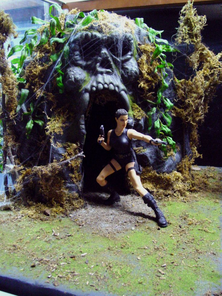 "LAURA CROFT ""TOMB RAIDER"" RESIN KIT WITH SCRATCH BUILT CAVE"