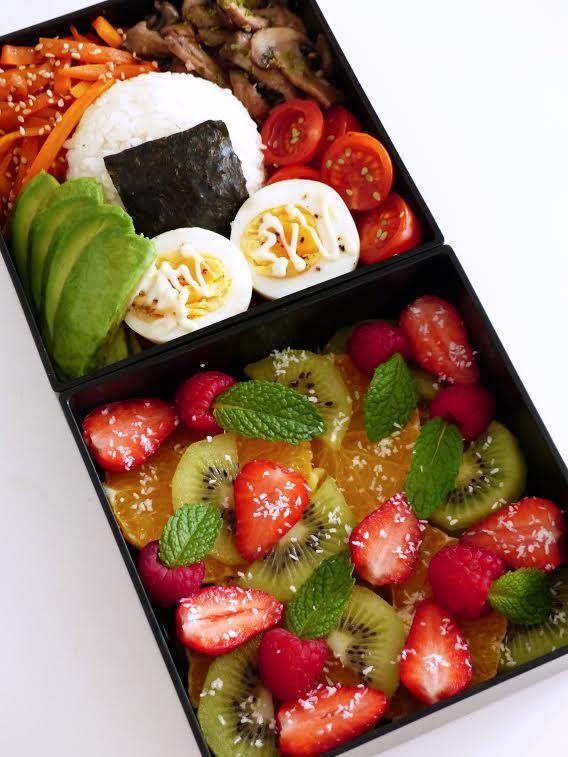 #110 Stephanie France Mon  bento est composé d'un onigiri entouré de nori, kinpira de carottes, champignons à l'ail et au persil, tomates cerises avec graines de sésame au wasabi, oeuf dur avec mayonnaise et lamelles d'avocat. Pour le dessert, avec les beaux jours qui sont arrivés, j'ai envie de fruits, de fruits et encore de fruits: j'ai donc fait une délicieuse salade de fruits avec orange, kiwi, fraises, framboises, feuilles de menthe et noix de coco en poudre!