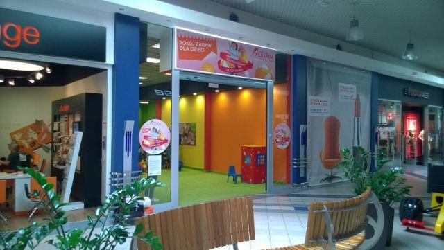 Interaktywny kącik dla dzieci w śląskim centrum handlowym. Wieża 4-ściena z monitorem FOXBOX oraz grami ściennymi.