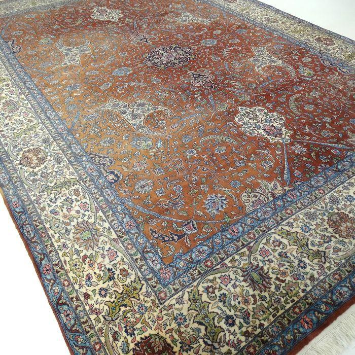 """Kayseri - 343 x 240 cm. - """"Indrukwekkend XL-Perzisch tapijt - Fijngeknoopt en In mooie staat"""".  Dit is een handgeknoopt Kayseri-tapijt gemaakt van duurzame natuurlijke materialen. Imperfecties in de patronen en de vorm maken dit kleed tot een unicum en benadrukken het authentieke en ambachtelijke karakter. Kayseri tapijten worden geknoopt in het midden van Turkije. Een Kayseri is een soepel kleed geknoopt van goede wol die zorgt voor een lange levensduur.Een Kayseri heeft vaak zachte kleuren…"""