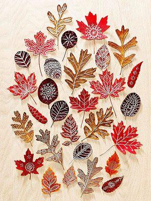 Marqueurs peinture sur les feuilles  Séchez vos feuilles puis décorer en utilisant des marqueurs de peinture métallique pour créer ce type d'effet !