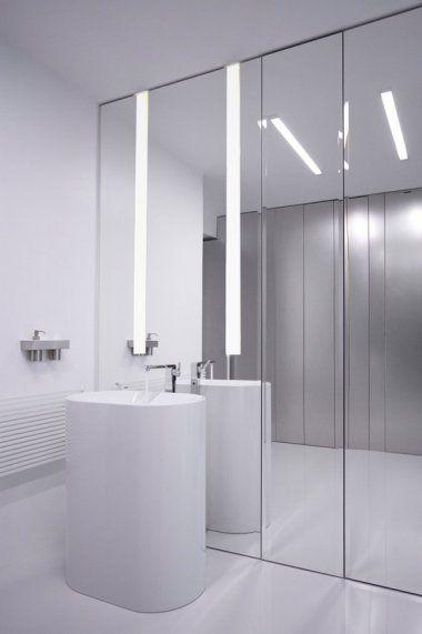Vrijstaande wastafel, benadrukt door de spiegelwand #badkamer #interieur