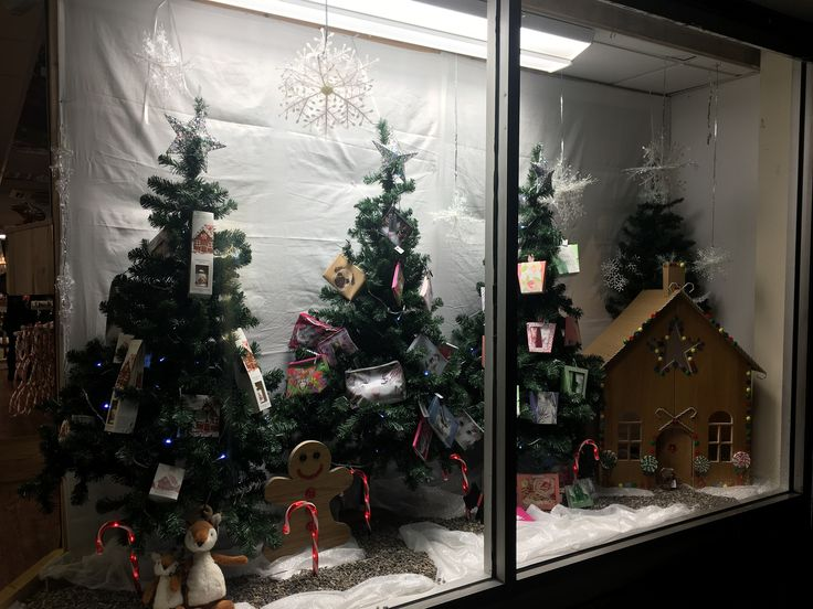 Christmas Window 2016  Gingerbread man themed.  Mymagpiesnest.com