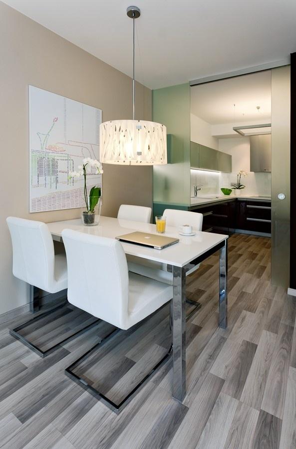 Kuchyňský kout oddělují od jídelny a obývacího pokoje skleněné posuvné dveře, provoz kuchyně tedy nikoho neruší.