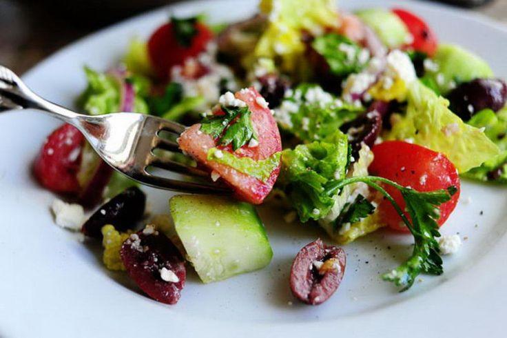 Чтобы приготовить греческий салат, понадобятся помидоры, огурец, маслины, салат ромэн и сыр фета. Соедините все с помощью нашего рецепта и наслаждайтесь.