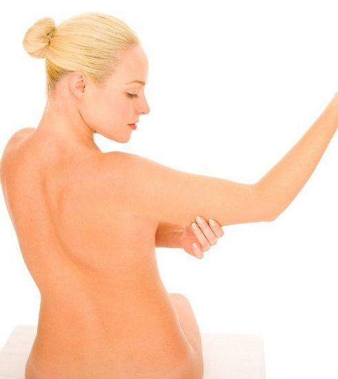 Come rassodare le braccia flaccide con pochi e semplici consigli: dall'alimentazione, agli esercizi fino ad alcuni rimedi naturali