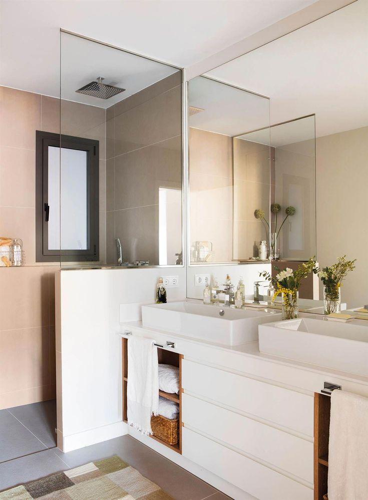00455356. Baño con dos lavabos y un medio murete con ...