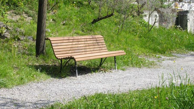 Filigrane  Klosterhof  Sitzbank  in  der  Ausführung  NATWOOD  an  einem  ruhigen  Plätzchen.