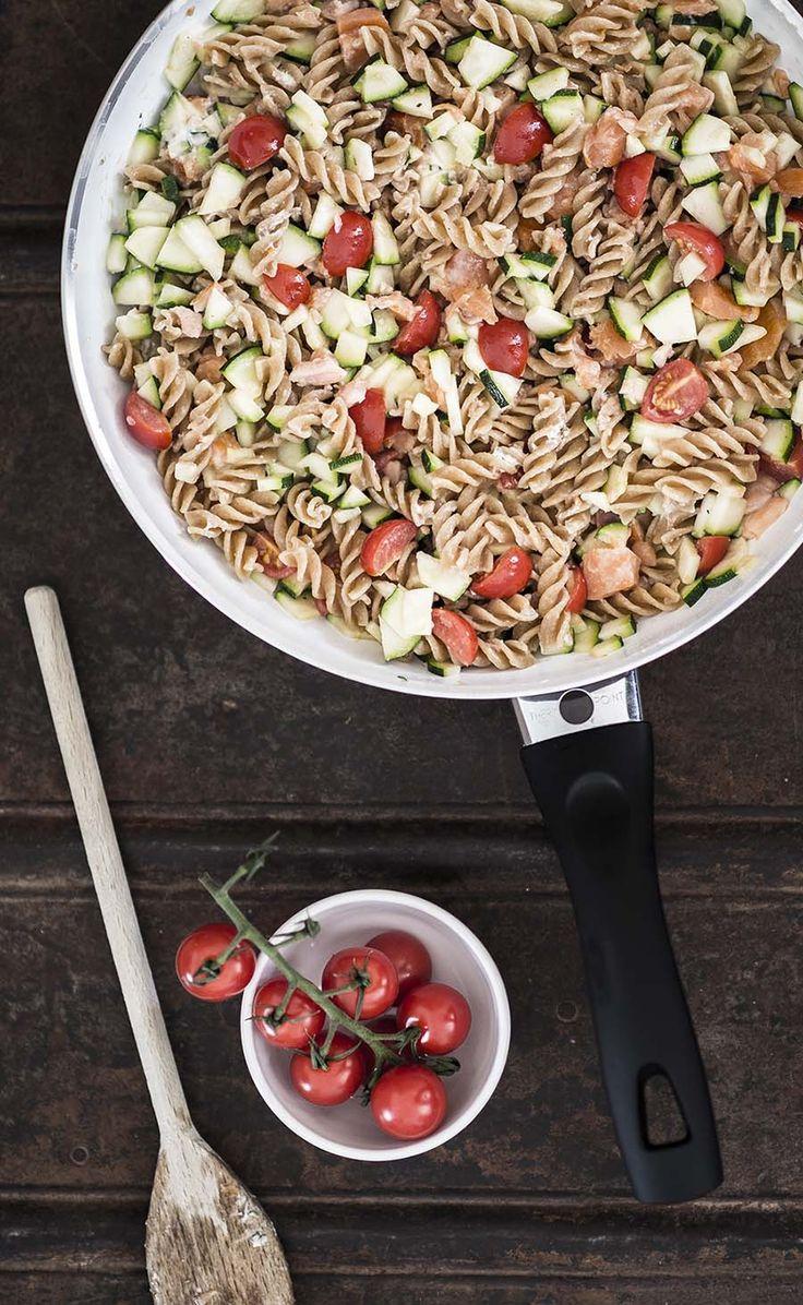 Volkorenpasta met zalm, courgette en tomaat