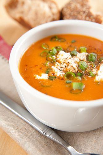 Je kunt deze soep ook lekker variëren door samen met de uien en de paprika's 2 theelepels kerriepoeder mee te fruiten of in plaats daarvan gedroogde