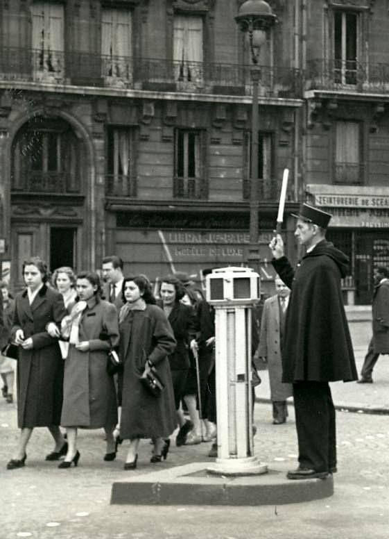 France. L'agent de Ville, Paris 1955 (et les oies) // © Maurice Bonnel