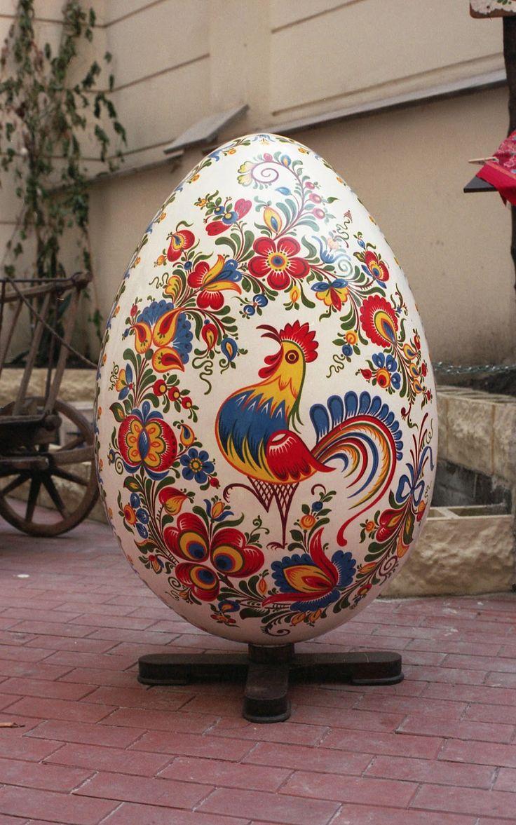 Utcadíszítés a húsvét jegyében: festett óriástojások, mókás alkotások   Életszépítők