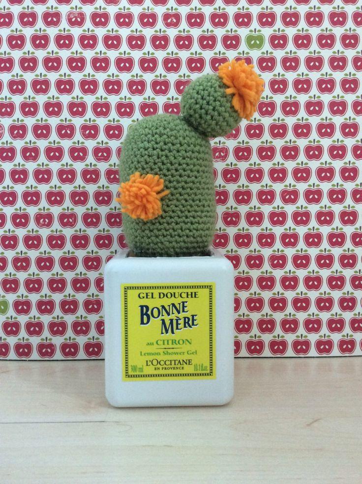 Gehaakte cactus met oranje bloemen van vilt. door handmadebyZusenFluf op Etsy https://www.etsy.com/nl/listing/234662412/gehaakte-cactus-met-oranje-bloemen-van
