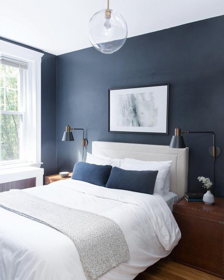 houd van de blauwe accentmuur, lampen en plafondschaduw ...