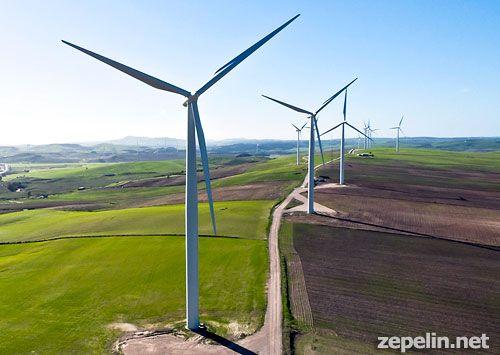 Fotografia aerea a baja altura de un parque eolico en Cadiz