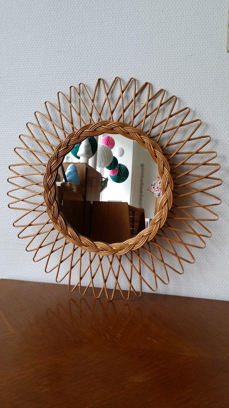Un très joli miroir soleil en rotin. www.monpetitmeuble.com