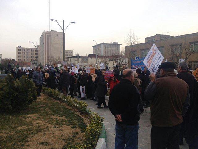 امروز  و به صورت همزمان تجمع سپرده گذاران کاسپین تهران.رشت.ابهر برگزار شد  #اعتراضات_سراسری #انقلاب_بیداری  @DORRTV #انقلاب_بيداري