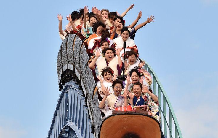 En gjeng ungdommer iført folkedrakten kimono på vei nedover en berg-og-dal-bane i en fornøyelsespark i Tokyo.
