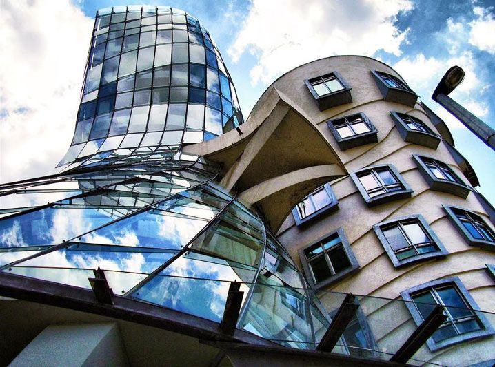 Пражское здание компании Nationale-Nederlanden на Рашиновой набережной более известно как Танцующий дом, что неудивительно. Две башни, изображающие пару танцоров – архитектор Фрэнк Гери называл этот дом «Джинджер и Фред» в честь Джинджер Роджерс и Фреда Астера – это прекрасный пример оптической иллюзии в архитектуре.