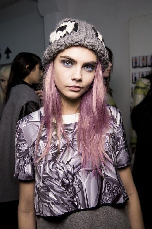 Cara Delevingne presume su nuevo look rosa