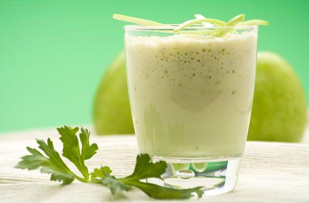 Ragyogó zöld turmix Hozzávalók három adaghoz:      másfél csésze jéghideg szűrt víz     6 csésze spenót     5 csésze salátalevél     2 szárzeller     1 alma     1 körte     1 banán     egy teáskanál friss citromlé     fél csésze friss korianderlevél     fél csésze petrezselyemzöld     jégkocka