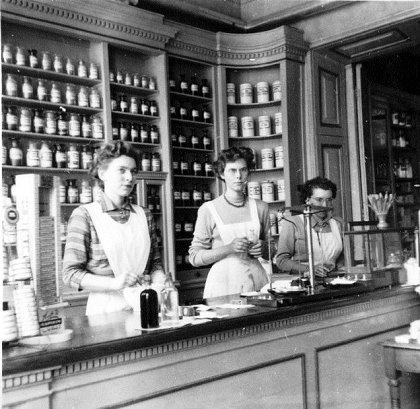 1950 Apotheek - 1950's Pharmacy. I remember well. Pharmacies these days are quite different...