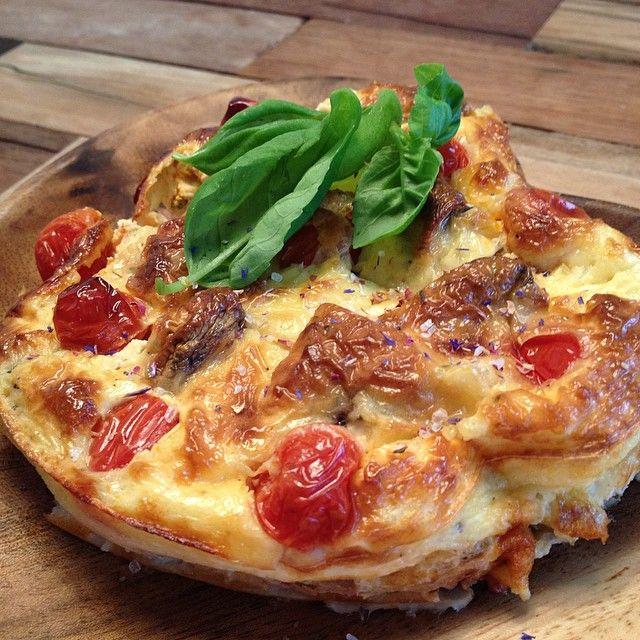 Ingrediënten: 200 gram huttenkase 1 ei 2 eiwit Groente naar keuze Bereidingswijze: - Mix van de huttenkase, ei, eiwit een beslag in de blender - Vet een ovenschaal dun in - Snij de groente in stukjes - Giet een laagje beslag in de schaal - Vervolgens een laagje groente - Dit doe je tot de rand van de schaal - 40 min in de oven op 180 graden - Afmaken met kruiden. Op de foto: basilicum, peper, bloemenzout