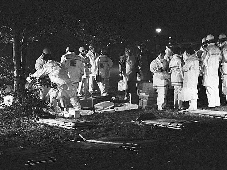 De mannen in witte pakken aanwezig bij de Bijlmerramp zijn hier ambulancepersoneel. Maurice Boyer / NRC