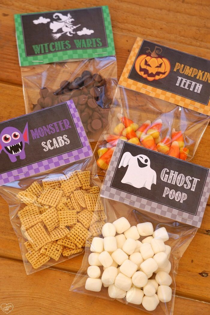 Halloween goodie bags that are free printables so you can make your own treats to hand out or bring to School. So cute and they're always a hit!