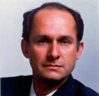 Nacido en noviembre de 1946 en Ataco (Tolima, Colombia), Manuel Elkin Patarroyo Murillo es el autor de la primera vacuna sintética creada en el mundo para la prevención de la malaria y reconocida por la Organización Mundial de la Salud (OMS), organismo al que cedió la patente.