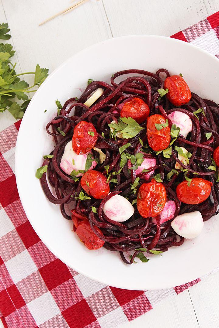 Winter Caprese Beet Noodle Pasta Zutaten für 1 Portion: - 1 große Rote Beete - Olivenöl - Salz und Pfeffer zum Abschmecken - 5 Kirschtomaten - 1 Knoblauchzehe, dünn geschnitten - 3-4 kleine Mozzarella-Kugeln - 1 TL gehackte Petersilie Den Ofen auf 200 Grad vorheizen. Die Tomaten auf ein Backbleck geben, mit Olivenöl beträufeln und mit Salz und Pfeffer würzen. In den Ofen geben und 15 Minuten backen. Nach 10 Minuten den Knoblauch zugeben. Die Rote Beete nehmen und beide Enden abschneiden…
