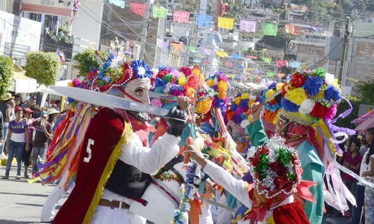 Paseo del pendón, Chilpancingo, Gro. Fotos de Cuartoscuro:  Aristegui Noticias